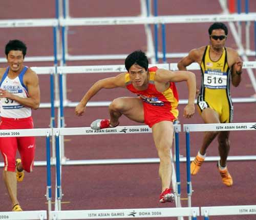 图文:多哈亚运会 飞人刘翔以13秒15的成绩夺冠