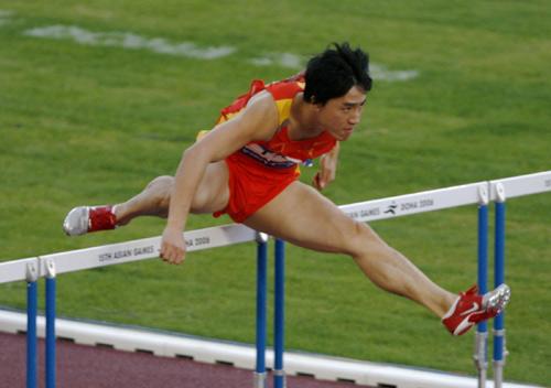 图文:110米栏刘翔夺冠打破亚运纪录 刘翔跨栏
