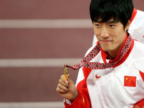 图文:亚运会男子110米栏决赛 刘翔展示金牌