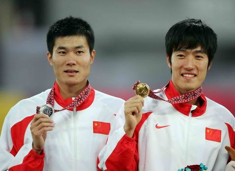 图文:男子110米栏中国包揽金银 冠亚军合影