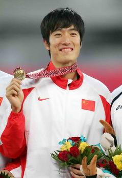 图文:男子110米栏中国包揽金银 刘翔展示金牌