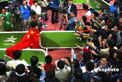 图文:110米栏刘翔夺金打破赛会纪录 媒体包围