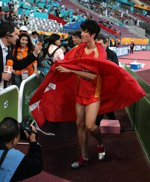图文:亚运110米栏成功卫冕 刘翔混合区接受采访