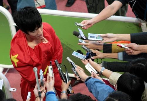 图文:刘翔破亚运会110米栏纪录 赛后遭媒体轰炸