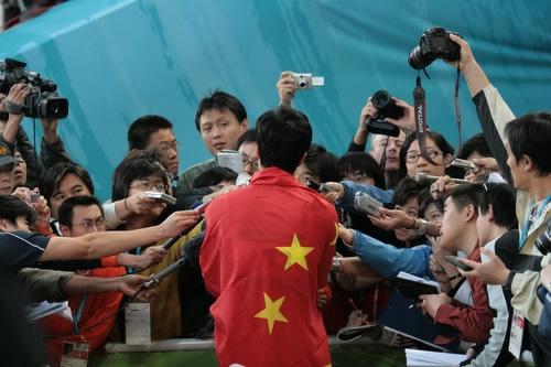 图文:刘翔破亚运纪录夺金牌 赛后接受媒体采访