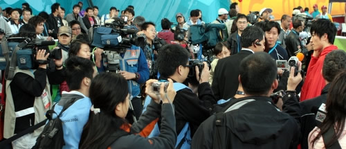 """图文:刘翔破亚运会纪录夺金牌-被媒体""""淹没"""""""