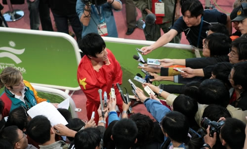 图文:刘翔破亚运会纪录夺金牌-轻松面对媒体