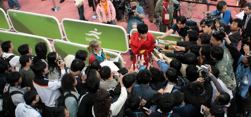 图文:刘翔破亚运会纪录夺金牌-遭媒体围追堵截
