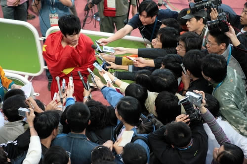 图文:刘翔破亚运纪录夺金牌-面对媒体侃侃而谈