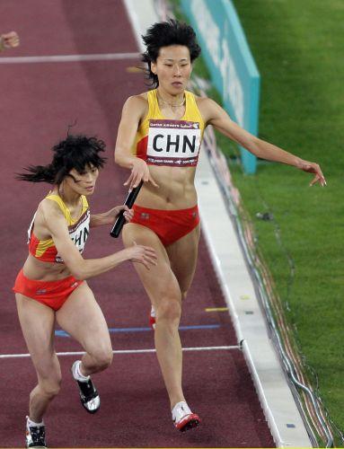 图文:女子4x400米接力决赛 黄潇潇进行交接棒