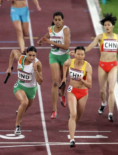 图文:女子4x400米接力决赛 接棒后继续前进