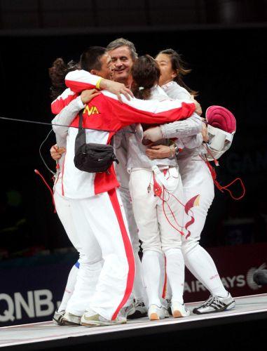 图文:亚运女子佩剑团体决赛 队员间相拥庆祝