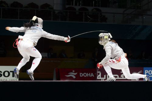 图文:亚运女子佩剑团体决赛 谭雪躲避进攻