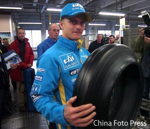组图:雷诺在法国进行表演 车迷面前展示F1魅力