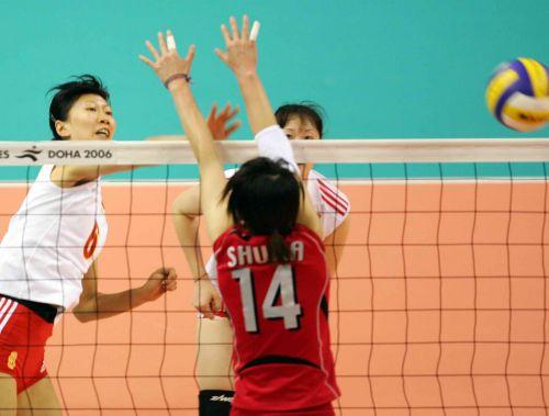 图文:亚运女排决赛中国VS日本 李珊大力扣球
