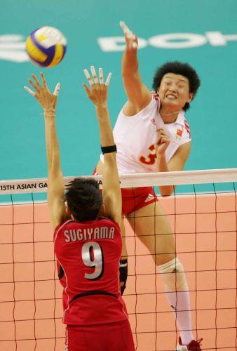 图文:亚运女排决赛中国VS日本 杨昊大力扣球