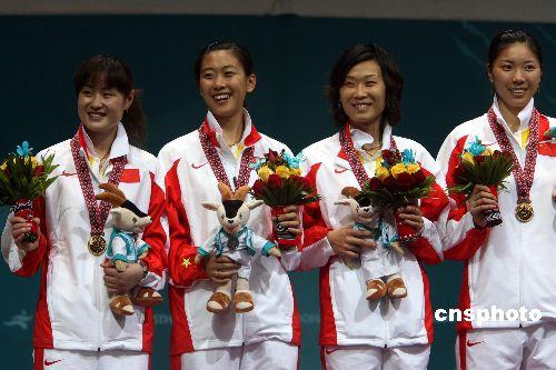图文:女子击剑佩剑团体中国摘金 赛后颁奖仪式
