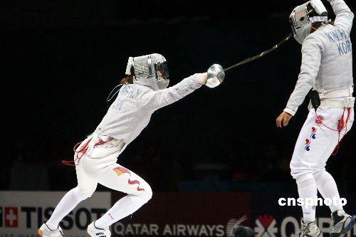 图文:女子击剑佩剑团体中国摘金 赵海洋进攻