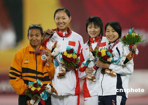 图文:高淑英获亚运女子撑杆跳高冠军 赛后合影