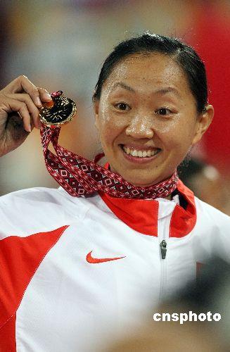 图文:高淑英获亚运女子撑杆跳高冠军 展示奖牌