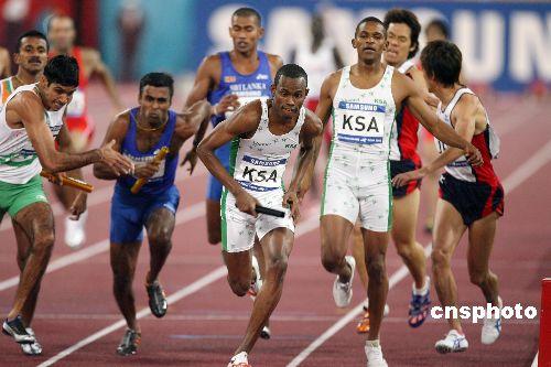 图文:沙特选手获男子4x100接力冠军 交棒瞬间