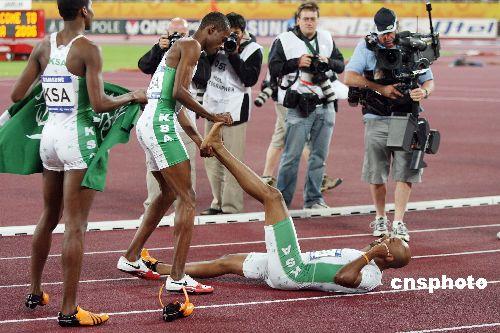 图文:沙特选手获男子4x100接力冠军 小腿抽筋