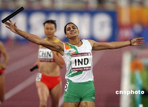 图文:印度选手获女子4x100接力冠军 冲刺瞬间