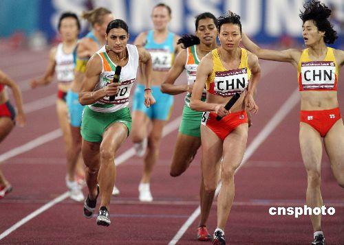 图文:印度选手获女子4x100接力冠军 交棒瞬间