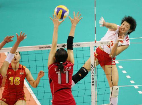 图文:中国获亚运女排冠军 杨昊遭对手拦网