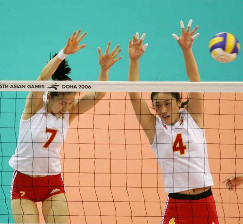 图文:中国获亚运女排冠军 周苏红与刘亚男拦网