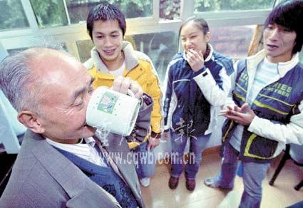 重庆八旬翁为健身饮尿16年 谈经验众人反对(图)
