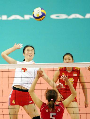 图文:中国女排逆转日本夺冠 刘亚男大力扣球