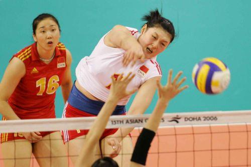 图文:中国女排逆转日本夺金牌 王一梅大力扣球