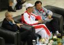图文:中国女排逆转日本夺冠 刘鹏团长观看比赛