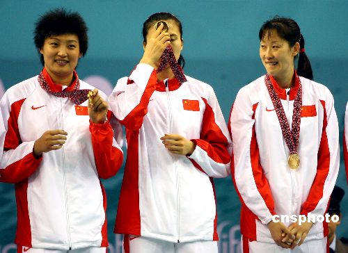 图文:亚运会中国女排战胜日本获冠军 展示奖牌