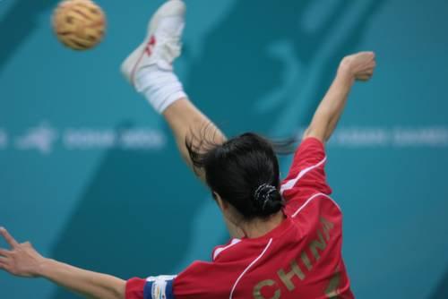 图文:藤球女子二人赛中国2-0菲律宾-过顶高踢