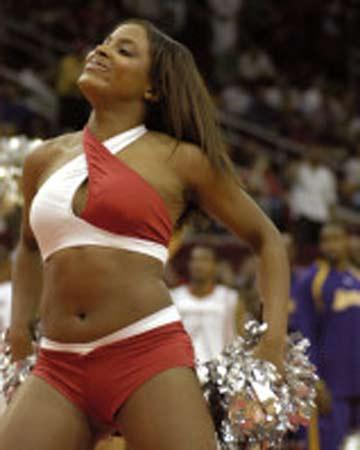 NBA图:火箭不敌湖人 美女啦啦队炫目热舞