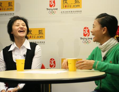 图文:高敏做客搜狐 高敏莫慧兰笑得很开心
