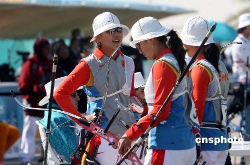 图文:中国女子射箭队获团体银牌 比赛间隙交流