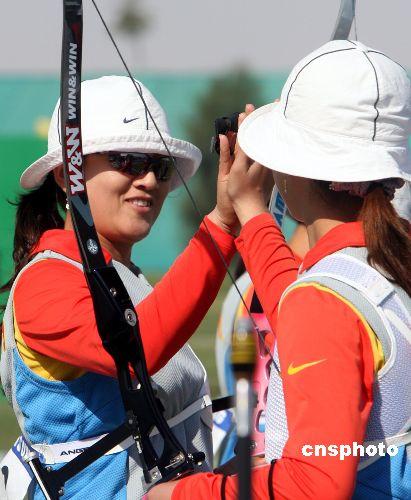 图文:中国射箭队获女子团体银牌 击掌以示鼓励