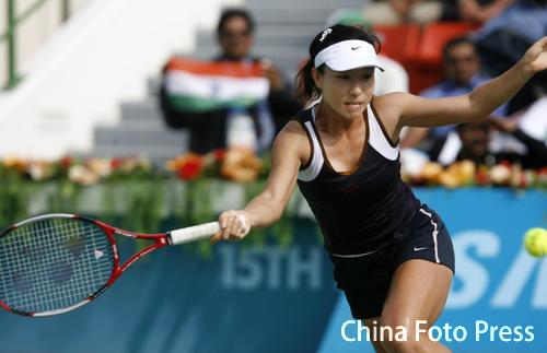 图文:网球女单郑洁2-1击败米尔扎夺冠 侧身救球