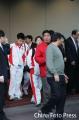 图文:台球队潘晓婷周萌萌低调回国 步出机场