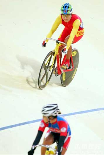 图文:宫金杰晋级女子个人追逐赛决赛 赛前热身
