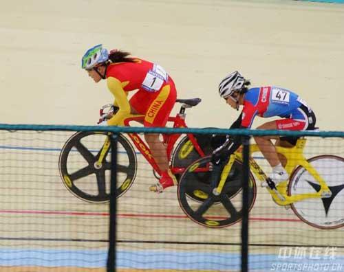 图文:宫金杰晋级女子个人追逐赛决赛 激烈追逐