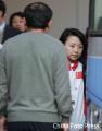图文:台球队潘晓婷周萌萌低调回国 登上大巴