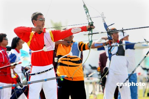 图文:中国男子射箭队战胜中国香港队 弯弓搭箭