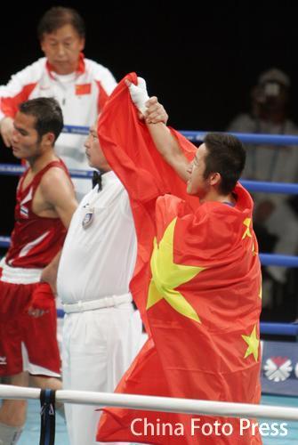邹市明夺得亚运拳击金牌 赛后狂喜身披国旗庆祝