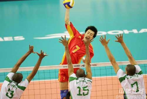 图文:男排半决赛中国沙特拼争激烈 汤淼扣球
