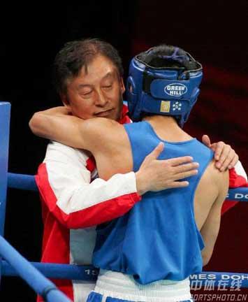 图文:邹市明获男子拳击48公斤级金牌 拥抱教练