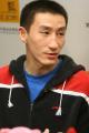 图文:男篮集训队员张云松做客 微笑回答